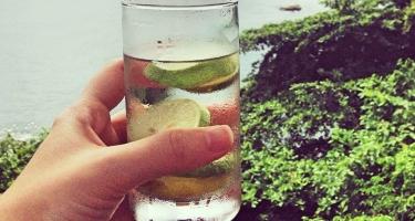Acqua e limone appena svegli .